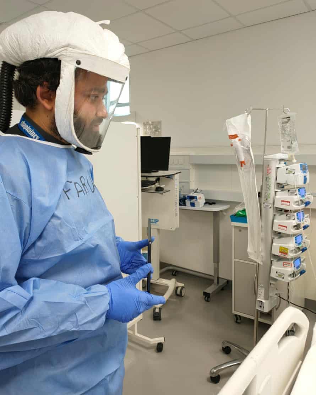 امام فاروق صدیقی ، روحانی مسلمان در بیمارستان رویال لندن در لندن ، با حضور در یکی از بخشهای کووید.