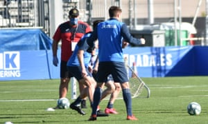 José Ramón Sandoval, in his club mask, watches his Fuenlabrada players go through their paces in training