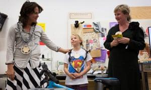 Lotta Crok, Amsterdam's first junior cycle mayor, with senior cycle mayor Katelijne Boerma.
