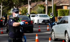 File foto polisi yang sedang memeriksa alasan untuk tidak berada di rumah di pos pemeriksaan acak gaya bus minuman keras di Broadmeadows di Melbourne