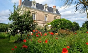 The grand Circle of Misse house and grounds, poppies in the foreground