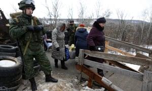 在Stanitsa Luganskaya看到的平民是他们越过乌克兰和卢甘斯克人民共和国之间边界的唯一活跃检查站,这是俄罗斯支持的乌克兰东部飞地。