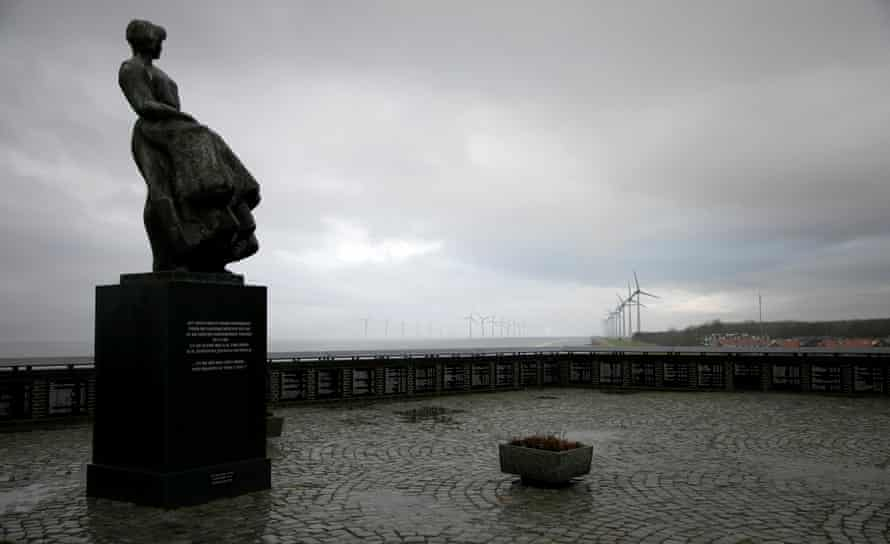Monument to Urk fishermen, with wind turbines in the background