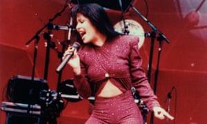 خواننده Tex-Mex سلنا در سال 1995 ، یک ماه قبل از تیراندازی و کشته شدن ، در کنسرت اجرا می کرد.