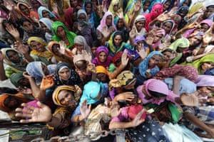 Internally displaced Pakistani women wait for relief goods in Larkana, 2010