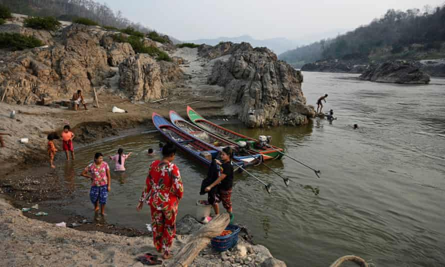 Aldeanos bañándose en el lado tailandés del río Salween