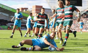 Duncan Weir touches down for one of his two tries in Worcester's win over Leicester Tigers.