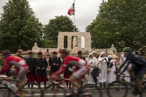 The pack rides past the Albert's World War I memorial, as supporters dressed as WWI soldiers or nurses cheer