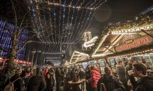 参观者在柏林的Breitscheidplatz广场上重新开放的圣诞市场。
