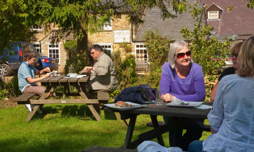 Diners outside the Finches Arms pub, Rutland Water