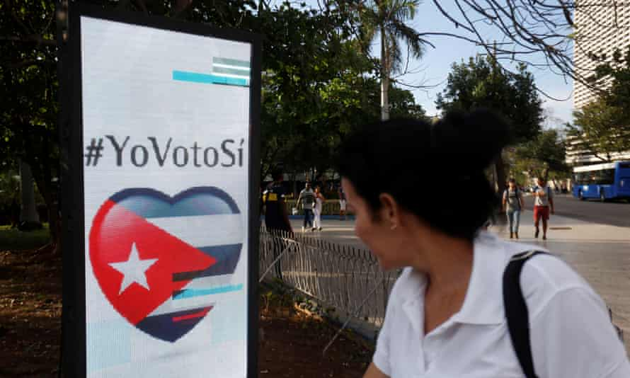 """A screen in Havana urges people to vote """"yes"""" in Sunday's constitutional referendum."""