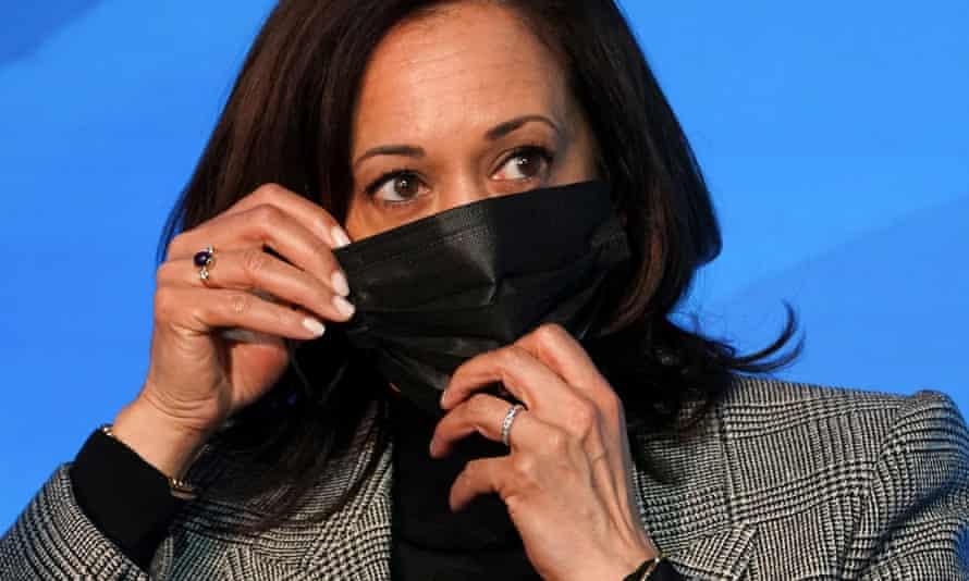 Kamala Harris adjusts her mask as Joe Biden announces his science team in Wilmington, Delaware on Saturday.