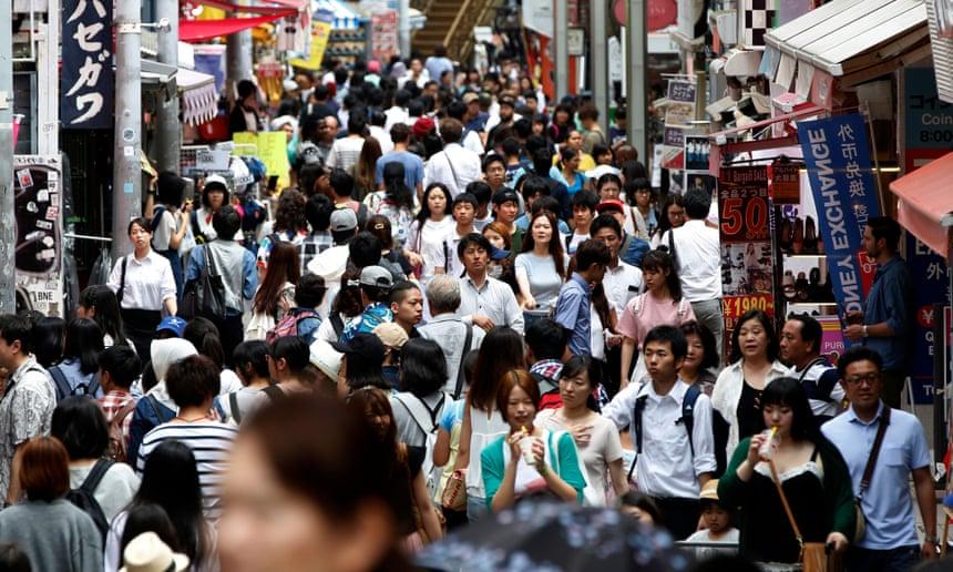 Tokyo padat penduduknya, sehingga tidak memiliki ruang untuk tempat pembuangan sampah. Foto: Yuya Shino / EPA | theguardian.com