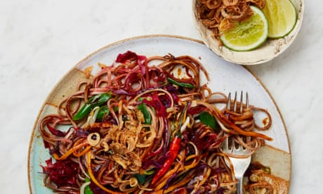 Fried noodles with carrot, red cabbage and tofu