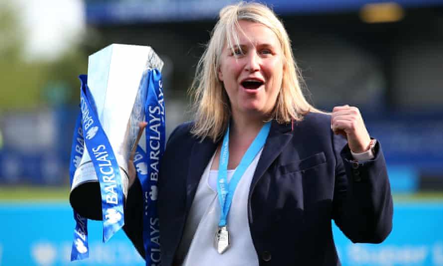 Emma Hayes ผู้จัดการทีมเชลซีพร้อมถ้วยรางวัล WSL
