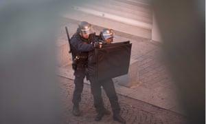 Anti-terrorist police raid apartment in St-Denis