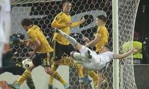 Vitória Guimarães' Bruno Duarte scissor-kicks in from close range to deny Arsenal victory.