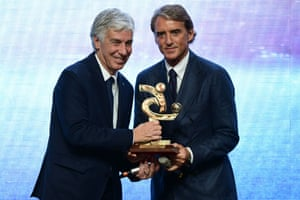 Roberto Mancini (right) hands the 2019 Serie A coach of the year award to Gian Piero Gasperini.