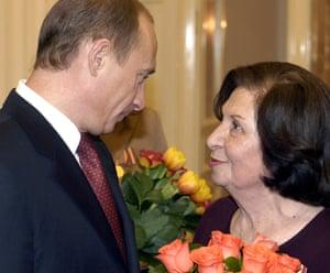 The Russian president, Vladimir Putin, congratulates Goar Vartanian  in Moscow in 2005
