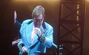 Elton John apologising to fans after cutting short a concert in Auckland.