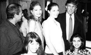 Donald Trump con competidores en la competencia Look of the Year de 1991, el año en que fue juez