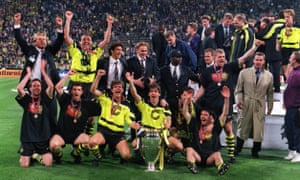 sol altta paul lambert olan borussia dortmund, 1997 şampiyonlar ligi'ni kazanmayı kutladı.