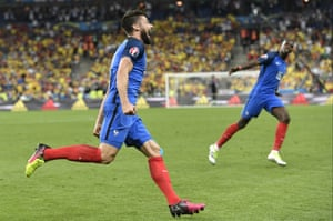 Olivier Giroud celebrates with Pogba.