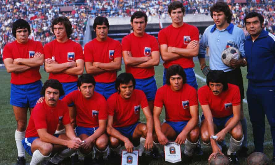 Chile's team for the 1974 World Cup in Germany, with Leonardo Véliz on the front row with his hand on a ball