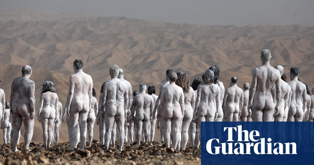 Hundreds strip off near Dead Sea for latest nude Spencer Tunick shoot – video