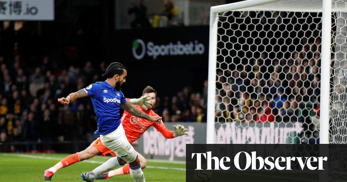 Theo Walcott pounces late to give 10-man Everton victory at Watford