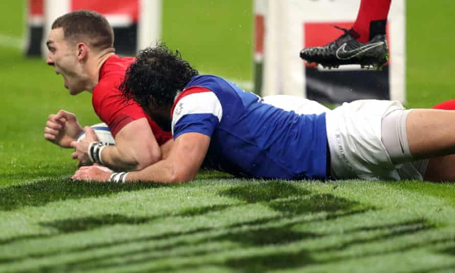 George North profits from Yoann Huget's mistake for his first try.