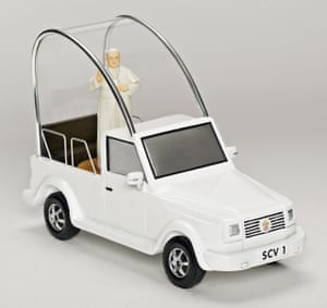 A musical popemobile presents the Holy Father bestowing blessings to the faithful – he circles 360 degrees as you listen to an excerpt from Hallelujah by Handel