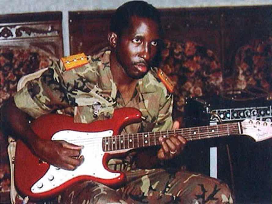 Thomas Sankara playing guitar