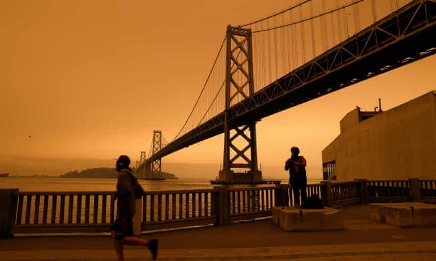 O céu de São Francisco fica laranja com a fumaça do incêndio florestal em setembro de 2020.