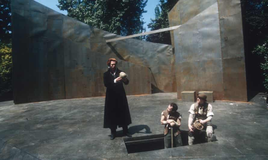 Hamnet ends with a performance of Hamlet (Damian Lewis in the title role at the Open Air Theatre, London).