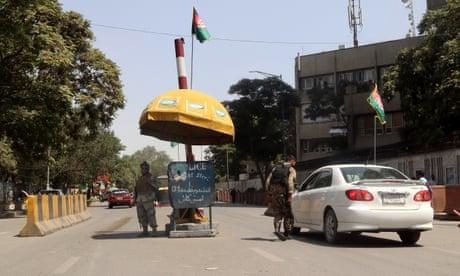 Αξιωματικοί της αφγανικής ασφάλειας φυλάσσονται σε σημείο ελέγχου στην Καμπούλ.