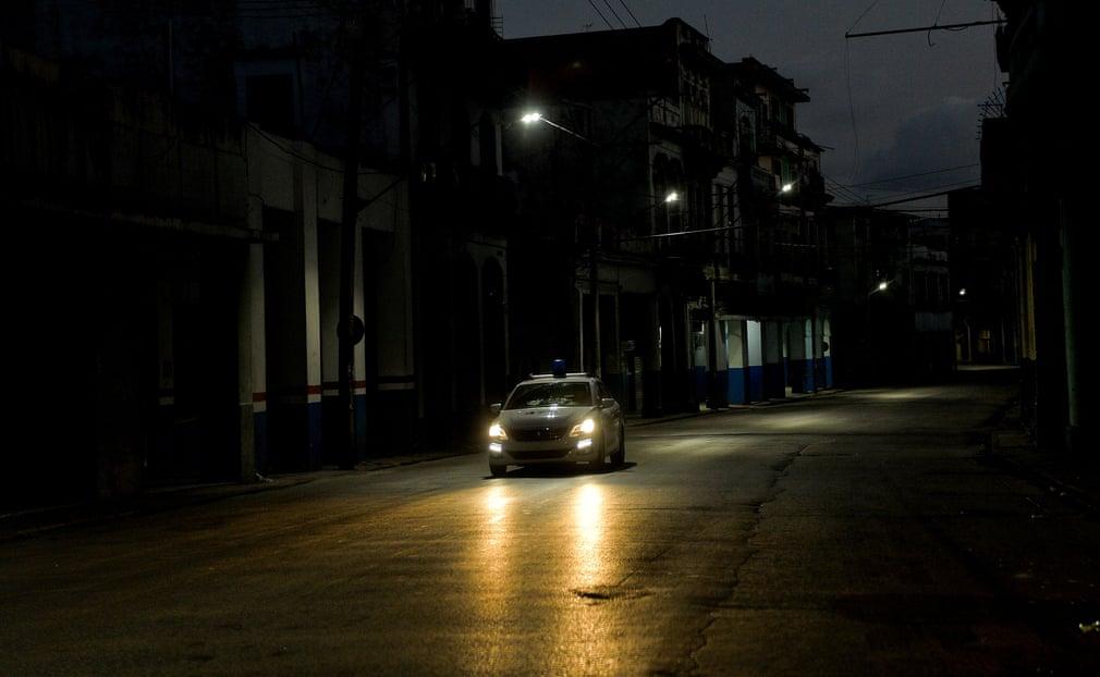 Ein Polizeiauto patrouilliert auf den verlassenen Straßen Havannas | Bildquelle: https://www.theguardian.com/world/gallery/2020/sep/03/coronavirus-curfew-in-havana-cuba-in-pictures © Yamil Lage/AFP/Getty Images | Bilder sind in der Regel urheberrechtlich geschützt