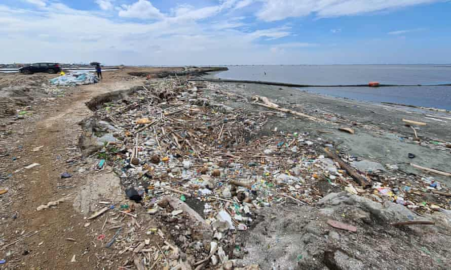 Garbage scattered in the mudflats of Navotas
