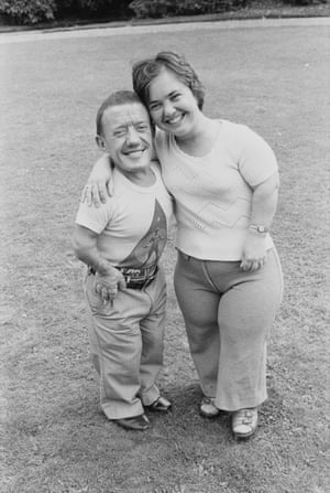 Kenny Baker and wife Eileen at Pinewood film studios in 1977