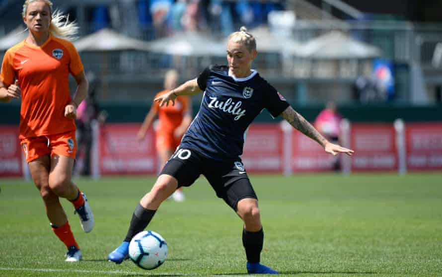 Jess Fishlock has signed a new contract with Reign FC.
