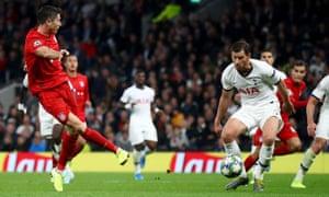 Robert Lewandowski of Bayern Munich shoots the sixth goal of his team.
