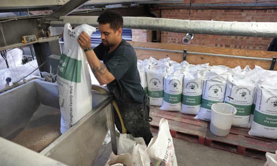 کیسه های مالت در آبجوخانه گیپسی هیل در جنوب لندن مخلوط شدند.