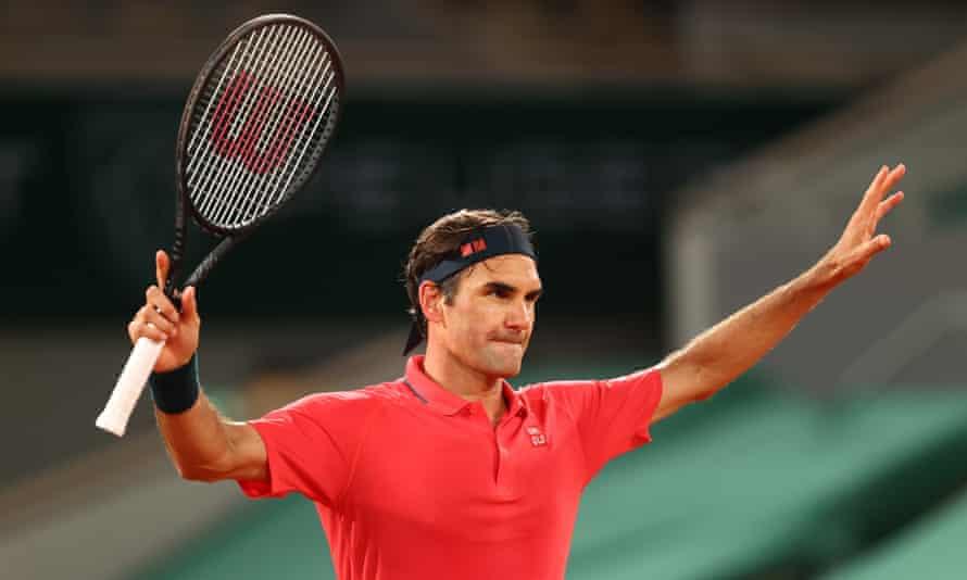 Roger Federer célèbre avoir battu Dominik Koepfer 7-6 (5), 6-7 (3), 7-6 (4), 7-5 lors d'une séance de nuit vide