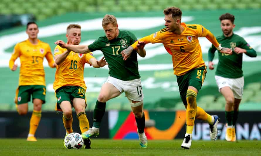 Republic of Ireland's Daryl Horgan (centre) attempts to fend off Wales' Joe Rodon (second right) and Joe Morrell (second left).