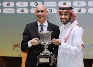 Luis Rubiales, kiri, dan ketua Otoritas Olahraga Umum Saudi Pangeran Abdulaziz bin Turki Al-Faisal membawa Piala Super sepak bola Spanyol selama konferensi pers pada 2019.