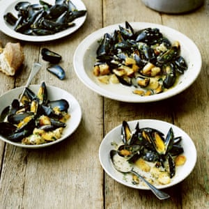 Mussels with parsley, white wine and sauté potatoes.