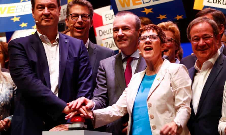 Weber (centre) alongside Annegret Kramp-Karrenbauer