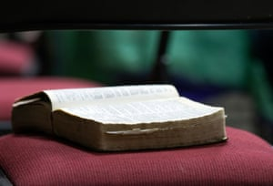 Um texto religioso está aberto em uma cadeira durante um culto de domingo no The Ranch.