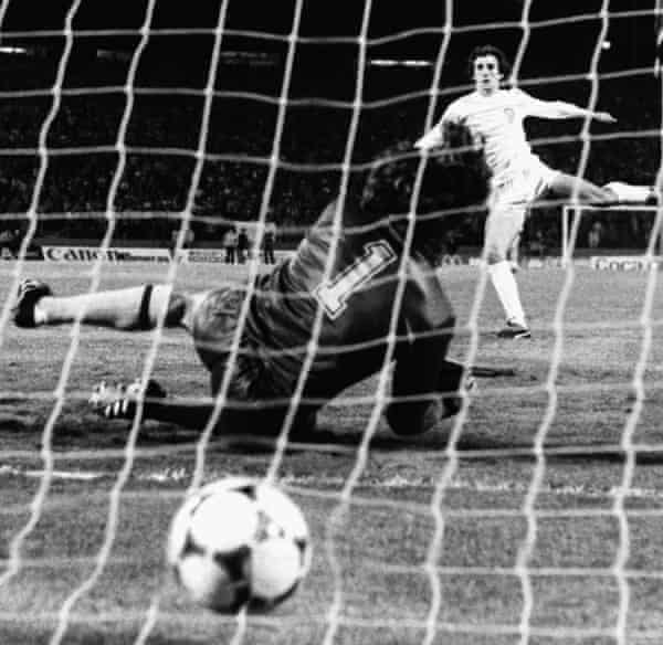 Ricardo Arias fires the ball underneath Arsenal keeper Pat Jennings.