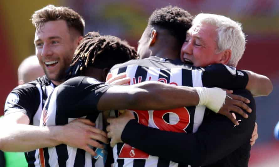 Newcastle United's Joe Willock celebrates equalising at Liverpool with manager Steve Bruce, Allan Saint-Maximin and Paul Dummett